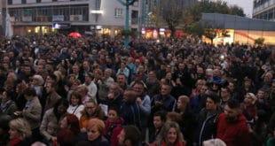 Грађани Бихаћа блокирају путеве и аутобуску станицу да би спречили долазак миграната