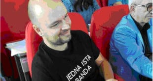 """Ниш: Одборник удаљен из скупштинске сале због натписа на мајици """"Једна иста банда"""""""