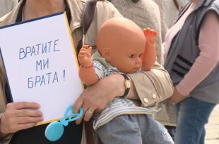 Мајке покрадене и киднаповане деце испред парламента, власт им поручује - законом до истине о несталим бебама
