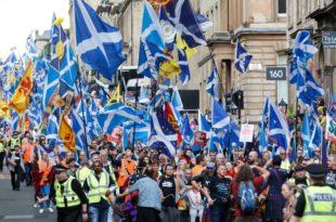 Десетине хиљада Шкота марширају за независност (видео) 13