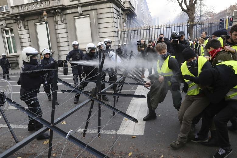 Жестоки сукоб народа са полицијом у Бриселу (фото, видео) 1