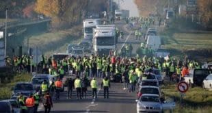"""Због високих цена горива Париз на ногама: Демонстранти узвикују """"диктатор Макрон"""""""