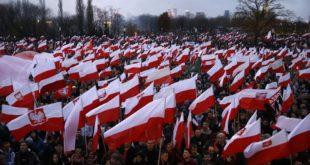 У Пољској 200.000 људи слави независност, иза њих националисти пале заставу ЕУ (видео) 10