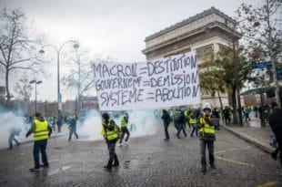 Макрон пркоси Французима, народ назвао разбојницима!