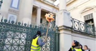 """""""Жути прслуци"""" гиљотином одсекли главу Макрону (видео) 2"""