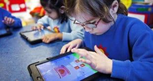 Гледање у екране компјутера и телефона мења структуру мозга код деце 4