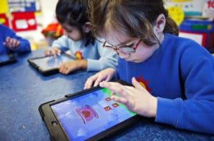 Гледање у екране компјутера и телефона мења структуру мозга код деце
