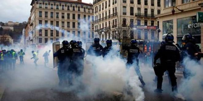 """Опсадно стање у Француској! Жестоки сукоби полиције и """"жутих прслука"""" (видео)"""