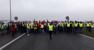 """""""ЖУТИ ПРСЛУЦИ"""" СЕ ШИРЕ ЕВРОПОМ: Фармери блокирали саобраћај у Варшави (видео) 13"""