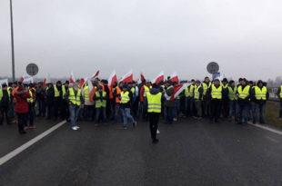 """""""ЖУТИ ПРСЛУЦИ"""" СЕ ШИРЕ ЕВРОПОМ: Фармери блокирали саобраћај у Варшави (видео) 6"""
