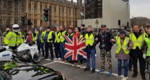 """И Британци у """"жутим прслуцима"""": Дозивају Терезу Меј (видео)"""