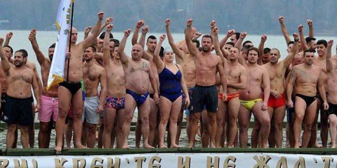 Пливање за Богојављенски крст: У Земуну прва девојка, у Пироту најмлађи 1