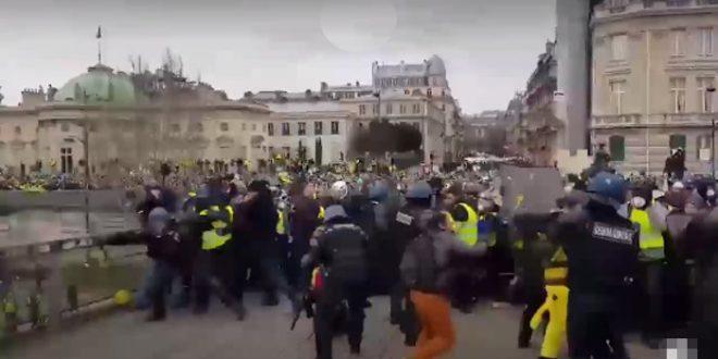 Жестоки сукоби народа са полицијом широм Француске (видео) 1