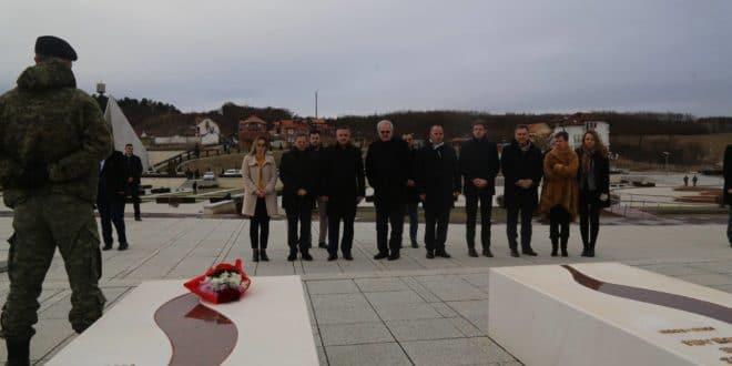 Потпредседник Европског парламента посетио гроб терористе и убице Адема Јашарија 1