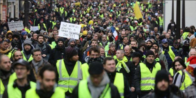 """Протест """"Жутих прслука"""": Оклопна возила и 5.000 полицајаца на улицама Париза (видео) 1"""