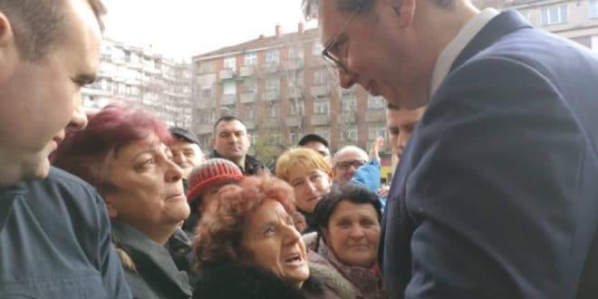 ВУЧИЋ ЧУДОТВОРАЦ – На митингу излечио старијој жени шуљеве! 1