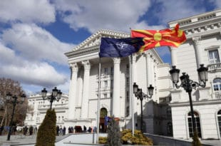 НАТО застава се вијори испред владе Македоније