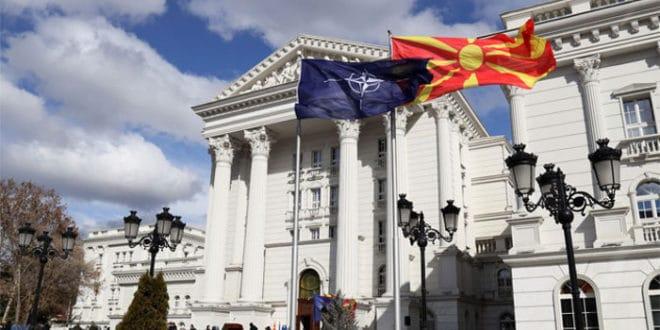 НАТО застава се вијори испред владе Македоније 1