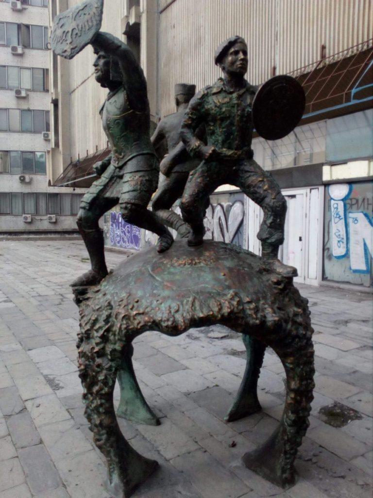 Споменик јунацима Кошара остављен на улици јер напредну банду заболе ......