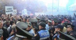 Хиљаде демонстраната опколиле зграду парламента у Тирани (видео) 10