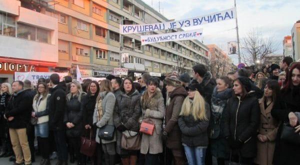 ВУЧИЋЕВ ДЕБАKЛ У KРУШЕВЦУ И поред претњи и присиле мање од 3.000 људи дошло на митинг