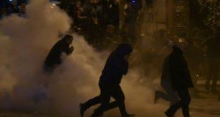 Тирана: Албанска полиција растерала сузавцем демонстранте опозиције окупљене испред парламента (видео) 9