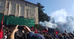 ТИРАНОМ ОДЈЕКУЈУ ЕКСПЛОЗИЈЕ!! После сукоба са полицијом демoнстранти продрли у зграду владе (видео)