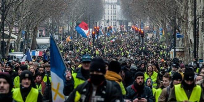 """Већ 13. пут: Протести """"Жутих прслука"""" у Паризу (видео) 1"""