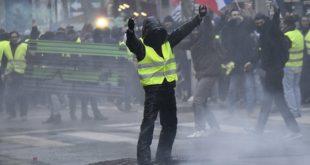 """Жути прслуци"" поново на улицама Париза, Макрон довео војску (видео)"