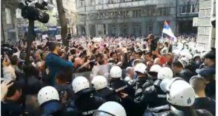 Београд: Народ скандира полицији УХАПСИТЕ ВУЧИЋА!!! (видео) 9