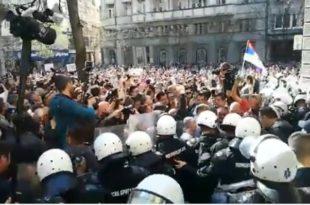 Београд: Народ скандира полицији УХАПСИТЕ ВУЧИЋА!!! (видео)