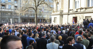 Демонстранти опколили Председништво, не дају Вучићу да изађе (видео)