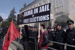 Хиљаде Албанаца траже Рамину оставку 3