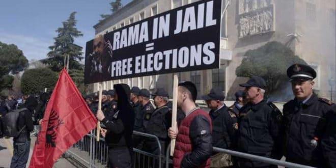 Хиљаде Албанаца траже Рамину оставку 1