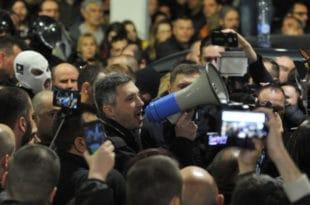 РУСКИ МЕДИЈИ О ПРОТЕСТИМА У БЕОГРАДУ: Полицијско насиље, народ опколио Вучића 1