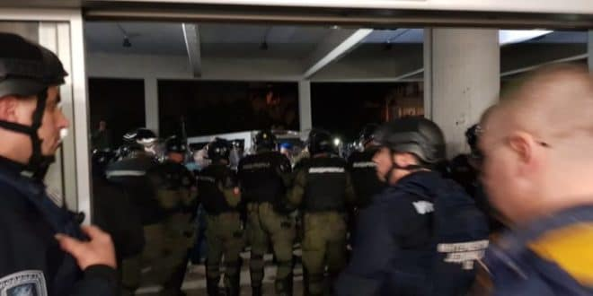"""Инциденти испред зграде РТС, народ виче """"ГОТОВ ЈЕ""""! (видео) 1"""