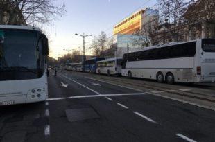 ХАОС У НИШУ: Више од 300 аутобуса довезло људе из других градова да кличу Вучићу, сви добијају сендвич и воду