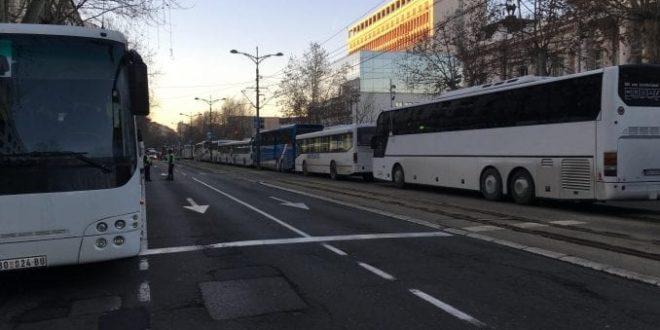 ХАОС У НИШУ: Више од 300 аутобуса довезло људе из других градова да кличу Вучићу, сви добијају сендвич и воду 1
