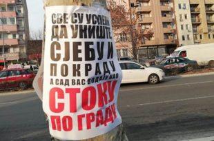 """Нови Сад: Излепљени плакати са увредљивим порукама учесницима протеста """"Један од пет милиона"""" 6"""