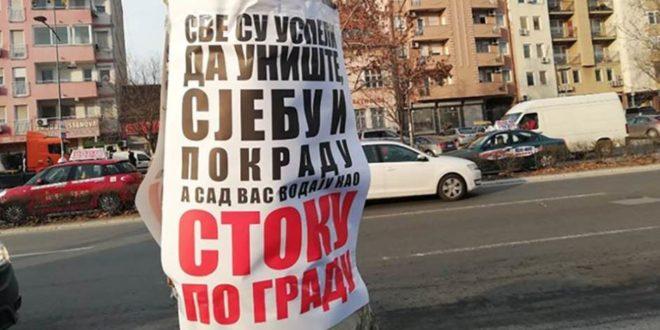 """Нови Сад: Излепљени плакати са увредљивим порукама учесницима протеста """"Један од пет милиона"""""""