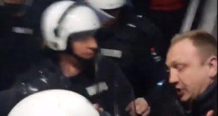 Полиција на силу избацује народ из РТС-а (видео)