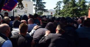 Хаос у Тирани: Демонстранти покушали да уђу у парламент, сукоб са полицијом (видео) 7