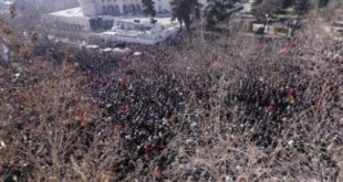 Опсадно стање у Тирани, демонстранти опколили парламент (видео) 8