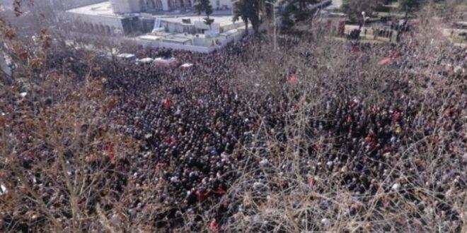 Опсадно стање у Тирани, демонстранти опколили парламент (видео) 1