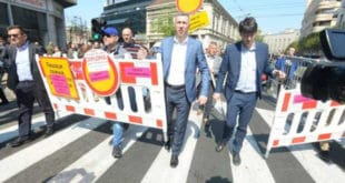 Представници СзС уклонили ограду у Kоларчевој улици и однели је до РЕМ-а (видео) 9