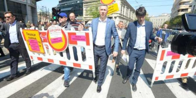 Представници СзС уклонили ограду у Kоларчевој улици и однели је до РЕМ-а (видео) 1