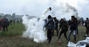 Жесток окршај на грчкој граници: Мигранти јуришају с децом у наручју, полиција узвраћа 13