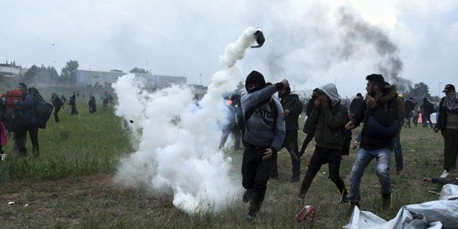 Жесток окршај на грчкој граници: Мигранти јуришају с децом у наручју, полиција узвраћа 1