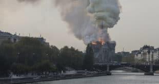 Гори Нотр Дам: Ватра гута један од симбола хришћанства (видео)