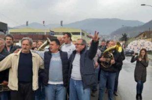 Радници фабрике из Ивањице после отказа фирму напустили уз музику! (видео)